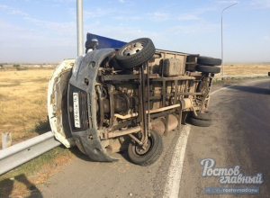 Сокрушительный ветер снес Газель с дороги и перевернул на бок в Ростовской области