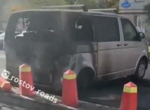 В Ростове неадекватный мужчина с улыбкой на лице сжёг несколько автомобилей