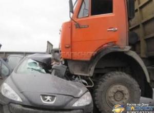На трассе Ростов - Волгодонск КамАЗ смял «Пежо»: есть пострадавшие