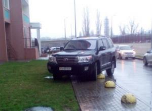 Разгневанные жильцы дома в Ростове устроили самосуд над автохамом «из аула» на джипе