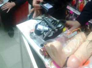 В Волгодонске мужчина украл из секс-шопа гигантский фаллоимитатор «Мулат». 18+