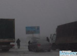На дорогах Ростовской области из-за гололеда и метели произошли десятки аварий