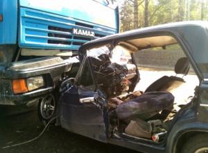 Водитель легковушки погиб после «фатального» удара о КамАЗ на трассе Ростовской области