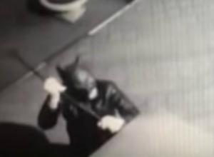 Мужчина в костюме Бэтмена попытался взломать терминал оплаты в магазине Ростовской области