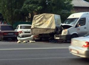 Микроавтобус «не заметил» грузовик и протаранил его в центре Ростова