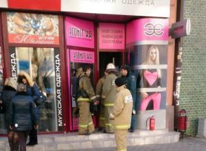 В Ростове из-за пожара в подвале магазина одежды на Большой Садовой эвакуировали сотрудников и покупателей