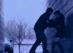 Озабоченный мужчина довел похабным домогательством до истерики беременную женщину на улице Ростова