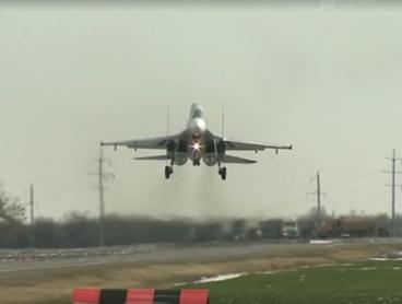 Три боевых истребителя приземлились на автотрассу под Ростовом
