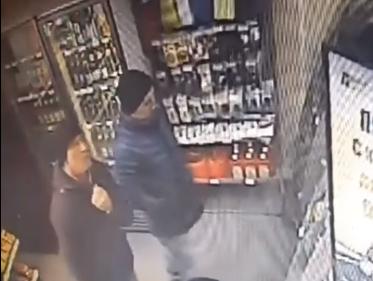 Взрослые «голодные» мужики украли шоколадки на АЗС в Ростове и попали на видео