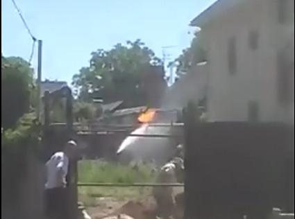 В Ростове пожарные тушат горящую газовую трубу