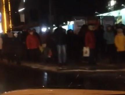 Огромная толпа на остановке возле площади второй Пятилетки напугала ростовских автолюбителей