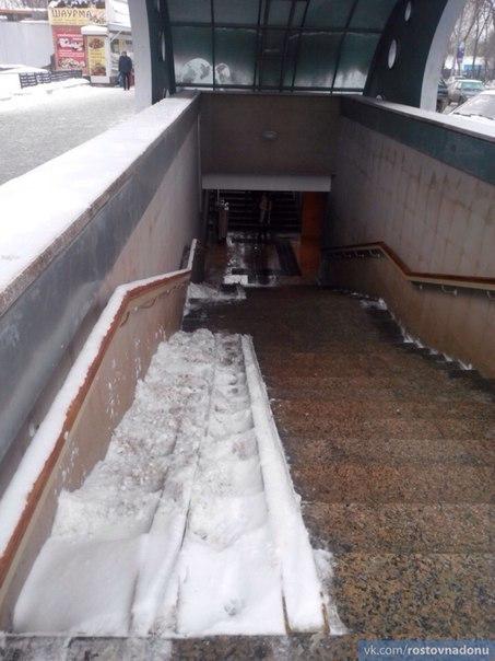 Ростовчанка жалуется на неочищенный спуск для инвалидов и колясок в подземном переходе на Октябрьской площади