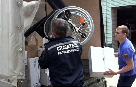 Спасатели из Ростовской области доставили в ЛНР почти 2 тонны гуманитарных грузов
