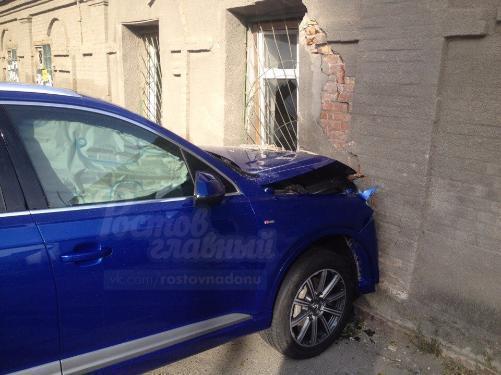 ВРостове шофёр Ауди протаранил ворота автомойки