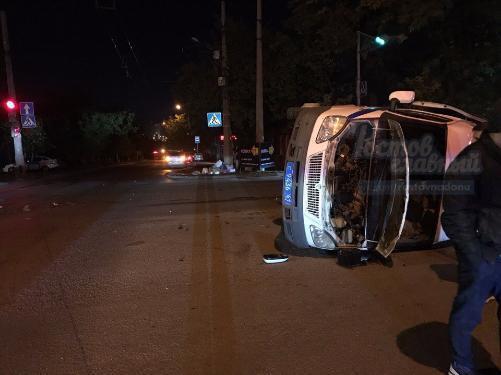 ВРостове после столкновения синомаркой «Мерседес» перевернулась полицейская ГАЗель