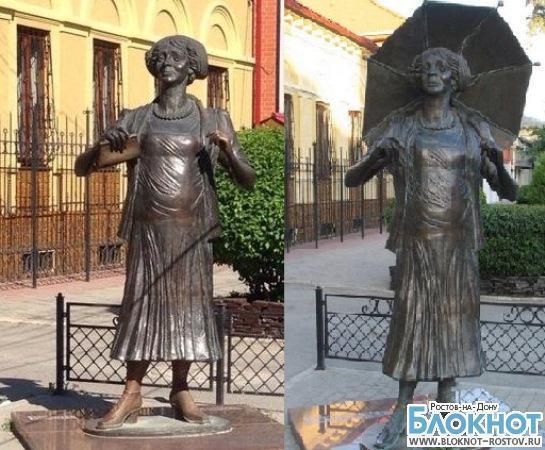 В Таганроге памятник Фаине Раневской остался без зонтика