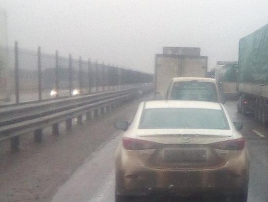 Пешеходы передвигаются быстрее автомобилей из-за огромной пробки на трассе в Ростовской области