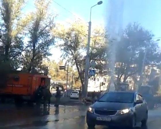 В Ростове на улице Страны Советов бил коммунальный фонтан. Видео