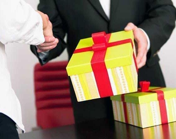 Российские чиновники будут сдавать полученные подарки на оценку стоимости