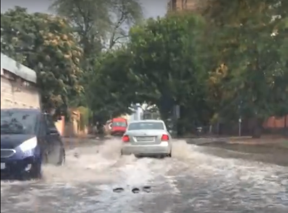 «Вот такая Венеция»: небольшой дождь стал причиной потопа в центре Ростова