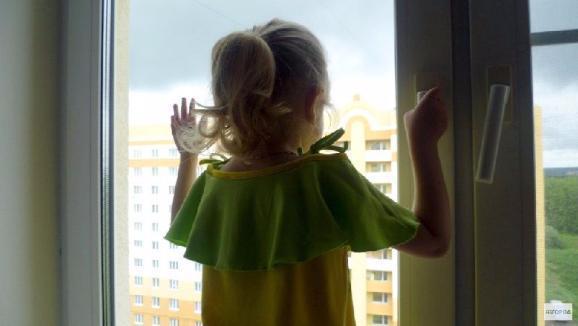 В Ростове четырехлетняя малышка выпала из окна восьмого этажа