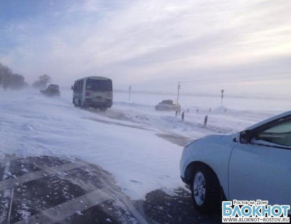 На трассе Ростов-Таганрог застрял бульдозер и автобус с дорожными службами, ехавшие на помощь к водителям