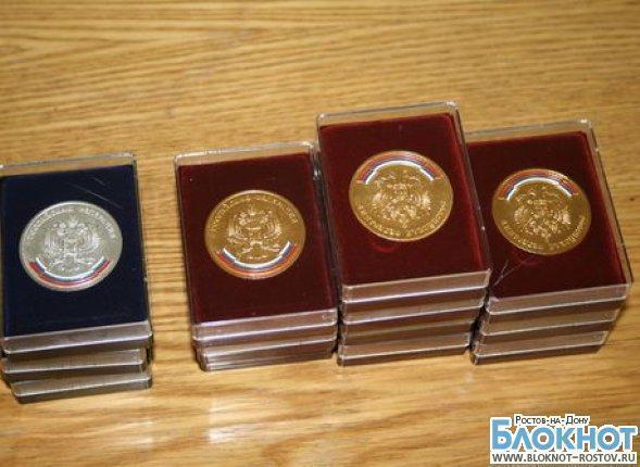 В Ростовской области выпускникам школ оставили золотые и серебряные медали