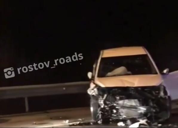 В груду металла превратились легковушки после лобового столкновения под Ростовом