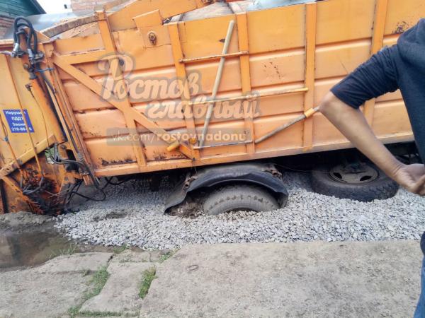 Перегруженный мусоровоз попал в опасную «зыбкую» ловушку в Ростове