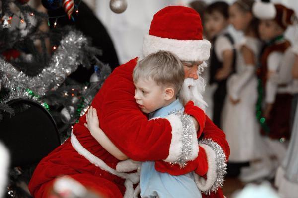 В новогоднюю ночь жителям Александровки дарил подарки настоящий Дед Мороз