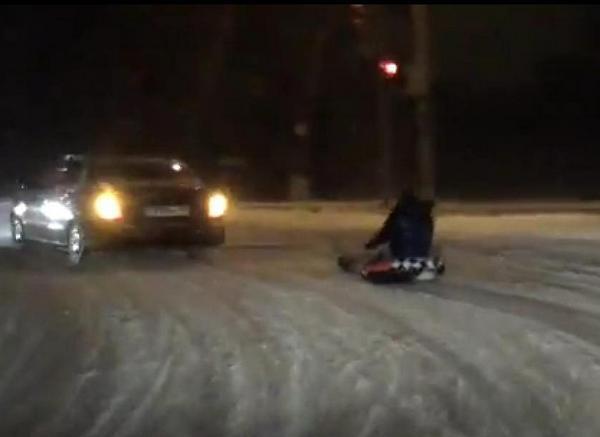 Ростовчане устроили гонки по проезжей части, прицепив надувную «таблетку» к авто ВИДЕО