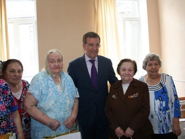 Мэр Ростова в преддверии празднования 69-й годовщины Победы поздравил ветеранов ВОВ