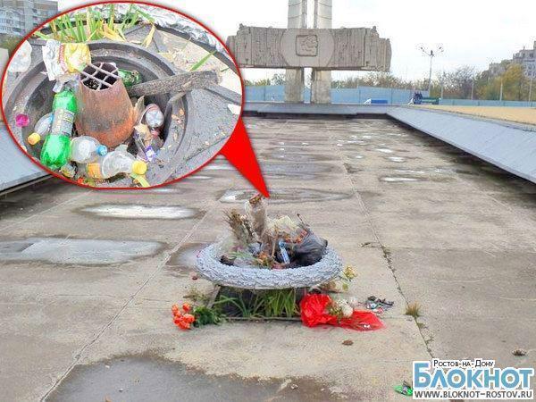 В Ростове чашу Вечного огня на Театральной площади превратили в мусорку