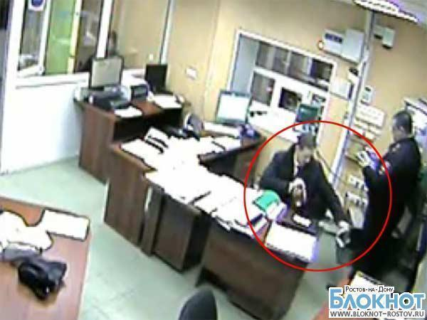 В Интернете появилась видео, на котором пьяный начальник штаба ГУ МВД по Ростовской области рвет Уголовный кодекс