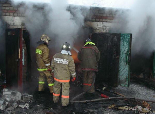 Иномарку вместе с гаражом уничтожил крупный пожар в Ростовской области