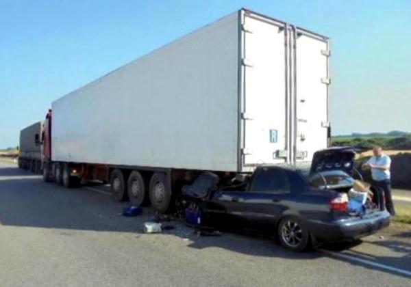 Двое человек погибли во впечатавшейся в грузовик легковушке из Ростова на трассе М4 Дон
