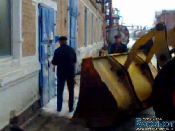 Конкурирующие компании в Таганроге не поделили котельную, взломав двери экскаватором (ВИДЕО)