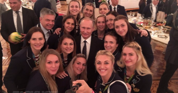 Сборная РФ подарила президенту мяч сфинала— Сергей Шишкарев