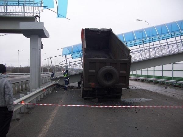 На трассе М-4 «Дон» в Каменском районе обрушился пешеходный мост