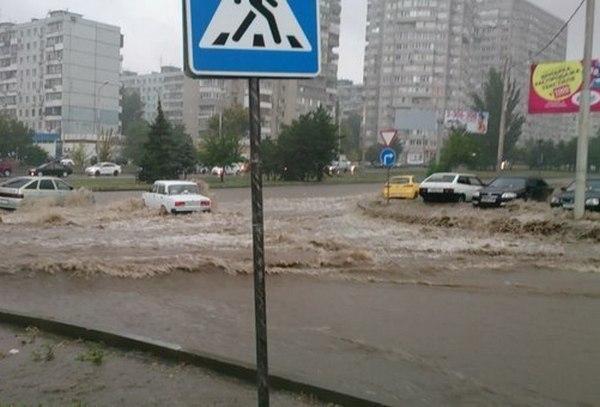 В Ростове из-за ливня оказались затоплены улицы: машины тонут в потоках воды. Видео
