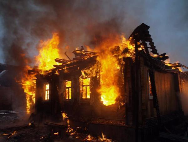 МЧС: Изгорящего жилого дома вРостове-на-Дону эвакуированы десятки человек
