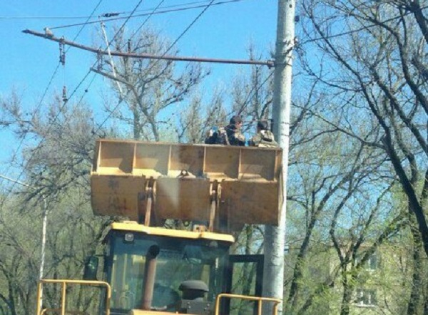 Мужчины «взлетели» в ковше бульдозера до троллейбусных проводов в Ростове