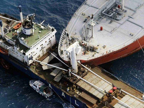 Эпичное столкновение танкера и сухогруза в Ростовской области попало на видео