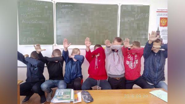 Ростовские школьники сфотографировались снацистским приветствием