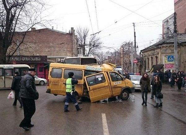 В центре Ростова столкнулись автобус и маршрутка