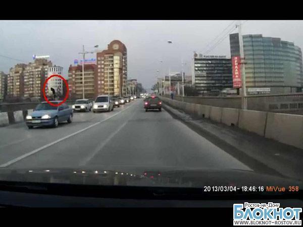 В Ростове спасли самоубийцу, пытавшегося спрыгнуть с Ворошиловского моста