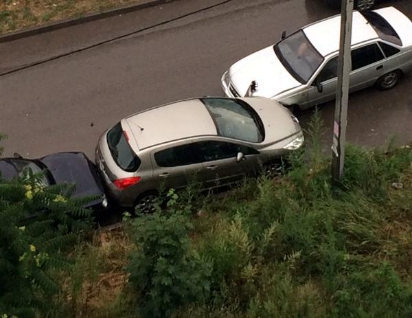 «Пересчитал» не глядя припаркованные автомобили устроивший тройное ДТП водитель в Ростове