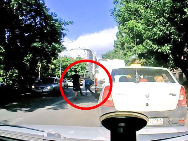 В Ростове-на-Дону пешеходы избили водителя иномарки за замечание. Видео