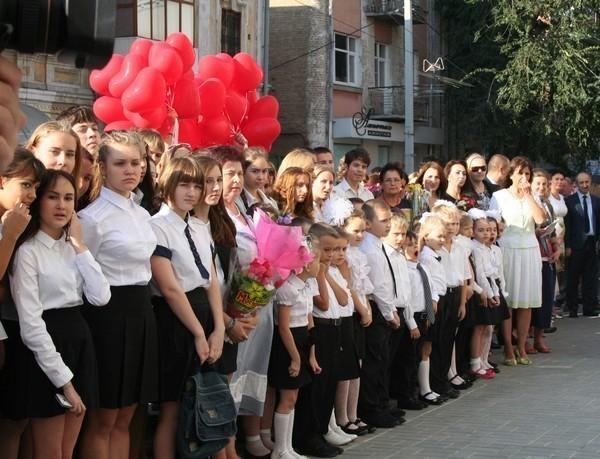 В День знаний в ростовские школы пошли более 10 тысяч первоклассников