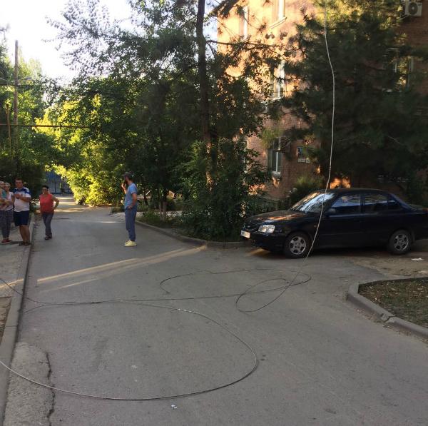 Женщина с ребенком едва спаслись от рухнувших на них искрящих проводов в Ростове